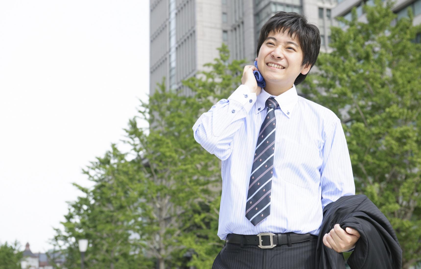 """为什么日本上班族在炎热夏季依然西装革履, 是不是西装里别有""""洞天""""?!"""